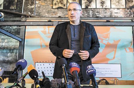 """חודורקובסקי בביקור באוקראינה, לפני שנה. """"כשהוא נעצר כל האוליגרכים הבינו שהם צריכים ללכת לפוטין ולסגור עסקה"""""""