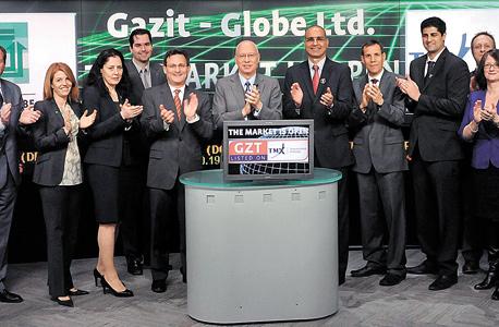 כצמן (במרכז) וסגל (מימינו) עם הנהלת גזית גלוב פותחים את המסחר בבורסת טורונטו, 2014