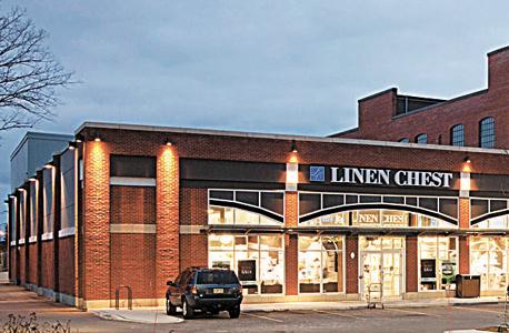 """מרכזי קניות של פירסט קפיטל בקוויבק (למעלה) ובטורונטו. """"התפקיד של המשקיעים זה לבדוק כל עסק לגופו"""""""