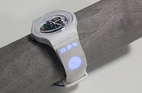 מסך שהודבק על רצועת שעון