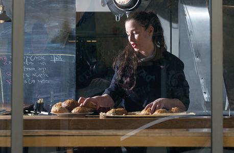 מיכל בוטון במטבח, צילום: תומי הרפז