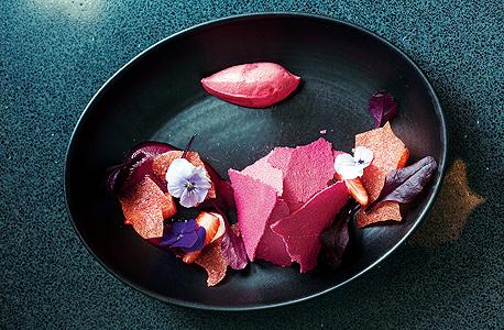 קרם פטל וסלק עם מוס יוגורט בקפיר ליים, צילום: תומי הרפז