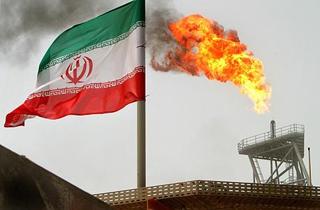 דגל איראן בשדה נפט מקומי