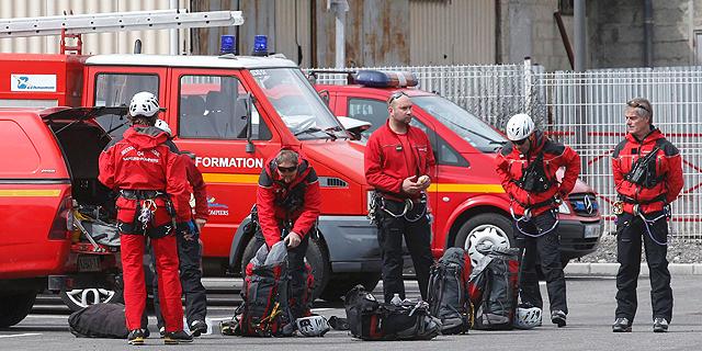 צוותי חילוץ בדרכם לאתר ההתרסקות שלשום, צילום: רויטרס