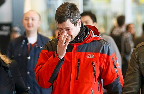 בן משפחה של אחד מהרוגי המטוס מגיע לשדה התעופה בברצלונה