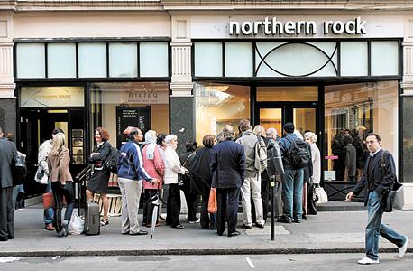 לקוחות בתור לבנק נורת