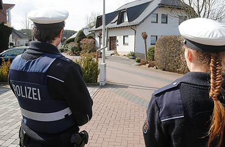 שוטרים מחוץ לביתו של הטייס אנדראס לוביץ, צילום: איי פי