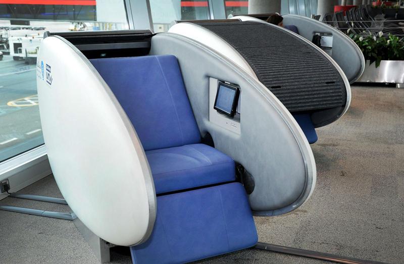 """""""כסאות שינה"""" נוחים במיוחד, שדה התעופה באבו דאבי"""