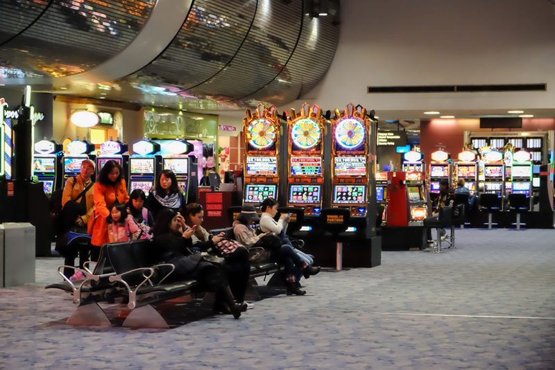 """""""מיני קזינו"""" עם מכונות הימורים, שדה התעופה של לאס ווגאס , צילום: שאטרסטוק"""