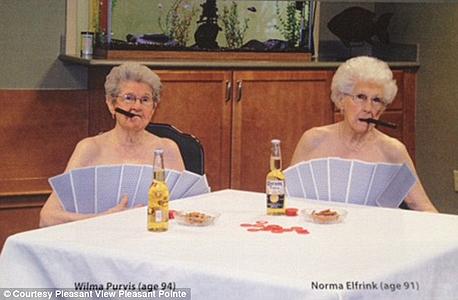 בנות 90 משחקות פוקר, צילום: Pleasant Pointe Assisted Living