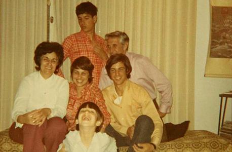 1972. אריק שור (16, יושב מימין) עם  הוריו מיכאל וגבריאלה, אחותו זיוה (21, באמצע), ואחיו מוטי (19, עומד) ויונתן (8) בביתם בתל מונד, רפרודוקציה: עמית שעל