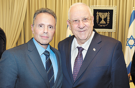 """סרוג'י עם הנשיא ראובן ריבלין בפברואר, בעת ביקורו של טים קוק בישראל. לו רק היו לנו עוד חמישה ג'וני סרוג'י, אמר ריבלין וקוק השיב: """"אם תמצא אותם תגיד לי"""""""