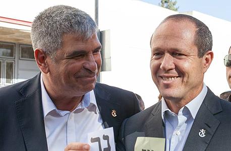 קובי כחלון (משמאל) עם ראש עיריית ירושלים ניר ברקת