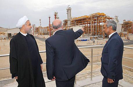 נשיא איראן חסן רוחאני ושר הנפט ביג'אן זנגאנה בשדה גז ונפט בדרום איראן