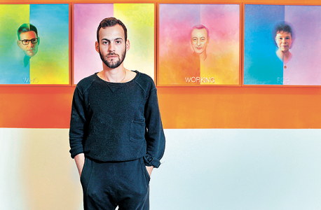 האמן ישי שפירא קלטר על רקע דיוקנאות האספים ושמות תורמי המוזיאון. אקטיביסט?