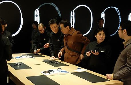 מבקרים בחנות אפל בטוקיו