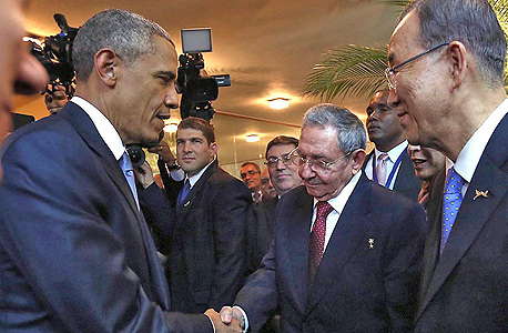 """מימין נשיא קובה ראול קסטרו ו נשיא ארה""""ב ברק אובמה, צילום: איי אף פי"""