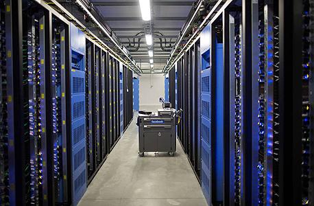 חוות שרתים של פייסבוק. מי ששולט בתשתית, יכול לכוון את השוק