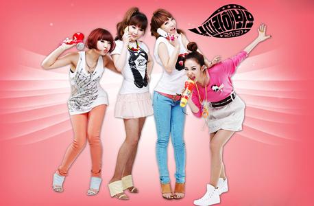 """להקת הבנות 2NE1. """"נוסדה"""" ב־2009 אחרי שנים של הכנה, ועד 2012 מכרה יותר מ־27 מיליון שירים דיגיטליים. הונג: """"זו החלטה פשוטה של ממשלת קוריאה לשבור את ההגמוניה האמריקאית"""""""
