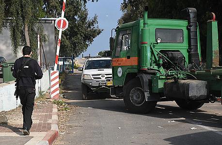 משאיות חוסמות את הכניסה למפעלים