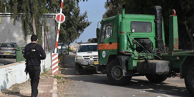 משאיות חוסמות את הכניסה למפעלים, צילום: אביהו שפירא