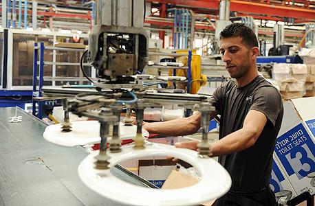 מפעל ליפסקי בו עובדים ישראלים ופלסטינים באזור התעשייה ברקן, צילום: יובל חן