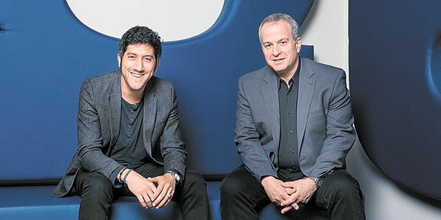 """מימין: סמנכ""""ל הכספים דויד אבר והמנכ""""ל אדם סינגולדה. כל לקוח הוא שותף מסחרי פוטנציאלי, צילום: מארק ואן הולדן"""