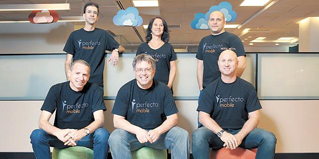 מייסד פרפקטו מובייל ערן יניב (במרכז) ועובדי החברה. תתרחב למחשוב לביש, צילום: עמית שעל