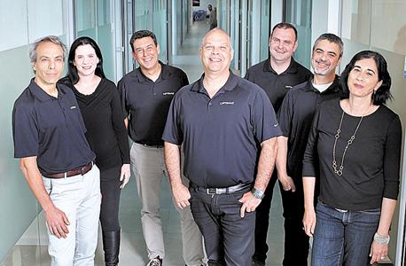 מייסד אופטימל+ דן גלוטר (במרכז) ועובדי החברה. 20 מיליארד שבבים בשנה