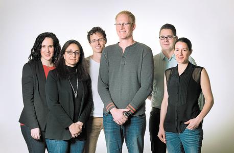"""מנכ""""ל קלטורה רון יקותיאל (במרכז עם חולצה אפורה) לצד בכירי החברה"""