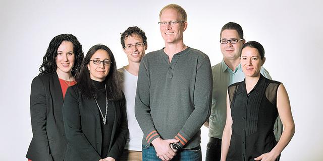 """מנכ""""ל קלטורה רון יקותיאל (במרכז עם חולצה אפורה) לצד בכירי החברה. שידורים חיים וסרטים באורך מלא"""