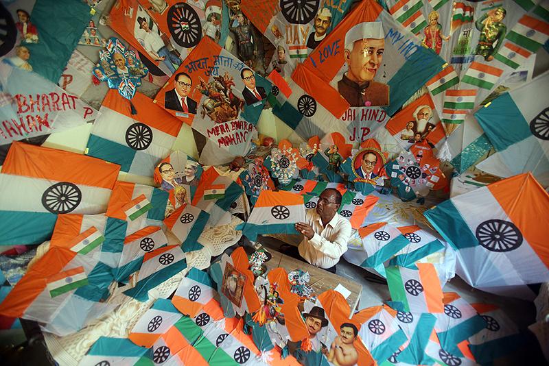 אספן עפיפונים הודי, המציג את העפיפונים המסורתיים