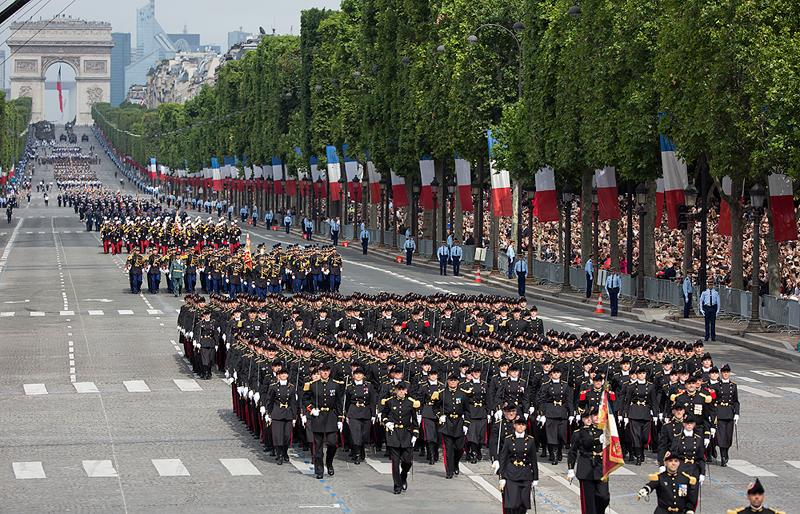 כוחות רגליים של צבא צרפת בתהלוכה שבשדרות השאנז' אליזה
