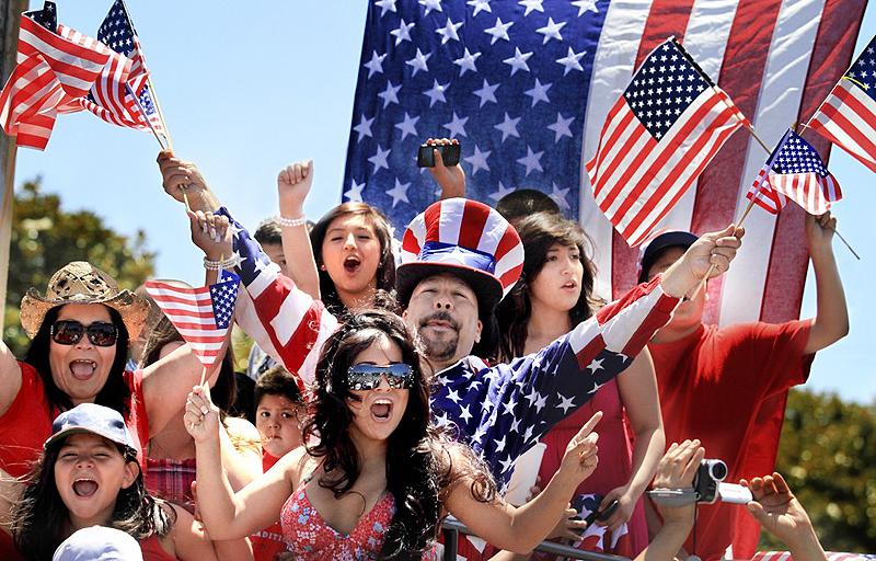 אמריקאים לבושים בצבעי הדגל: כחול, לבן ואדום
