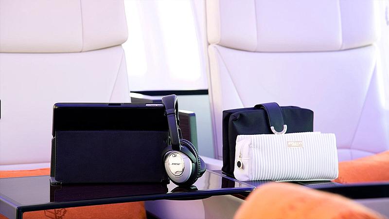 ערכת הטיסה כוללת אזניות אטומות לרעש