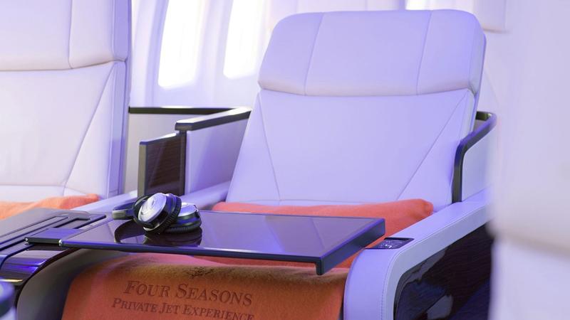 מושבי העור במטוס נפתחים למיטות