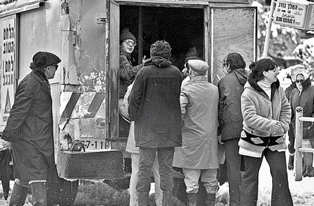 תור למשאית לחם של אנג'ל בירושלים המושלגת, 1973