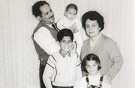 עם ההורים ויקי ודני ואחיו הגדולים אריק ואתי, 1959