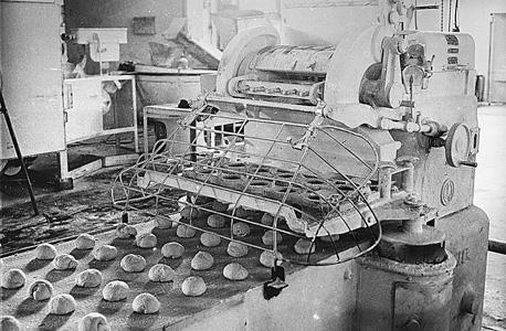 פס ייצור לחמניות, 1963