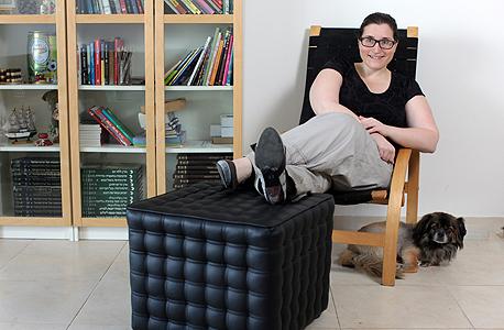 שרון בירקמן, הרהיטים והספרים מיד שנייה