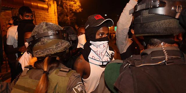 """הפגנת יוצאי אתיופיה ליד בית רה""""מ: אבנים, רימוני הלם ושוטרים פצועים"""