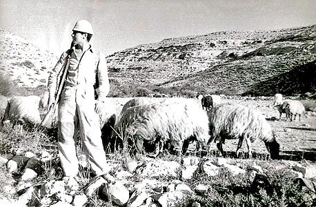 """דוד לוי בשדה בוקר של פעם. """"בן גוריון מתהפך בקברו"""""""