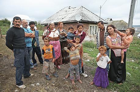 משפחה של בני רומה באחד מכפרי המוצא שלהם ברומניה. גם במדינות המוצא הם סובלים מאפליה קשה ומשיעור אנלפביתיות ואבטלה גבוהים