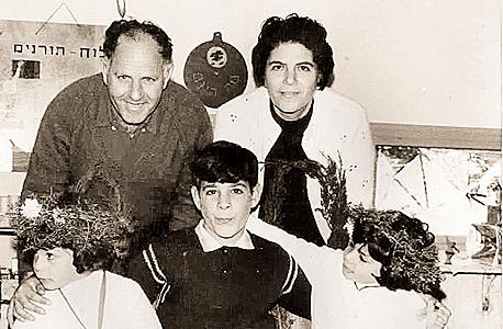 1969. איציק צאיג, בן 13 (במרכז), עם הוריו מזל ומרדכי ואחיותיו תמר והדס, בנות 5, בצפת