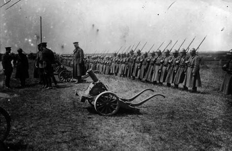 """יחידת רגלים בלגית במלחמת העולם הראשונה. """"ברגע שהופכים להיות מיותרים מבחינה צבאית וכלכלית עדיין אפשר כמובן לעורר בעיות, אך אין את הכוח באמת לשנות דברים"""""""