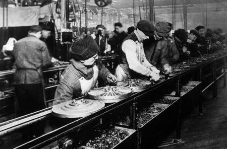 """פס ייצור במפעל פורד במישיגן, 1914. """"מה לעשות עם כל האנשים חסרי התועלת שיהיו? כיצד הם ימצאו משמעות? הניחוש הכי טוב שלי הוא שהפתרון יהיה שילוב בין סמים למשחקי מחשב"""""""