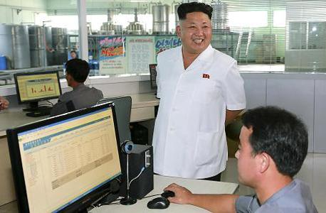 קים ז'ונג און מסתכל על אזרח צפון קוריאני גולש באינטרנט