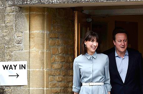 מנהיג השמרנים דיוויד קמרון ואשתו סמנתה בדרך לקלפי , צילום: רויטרס