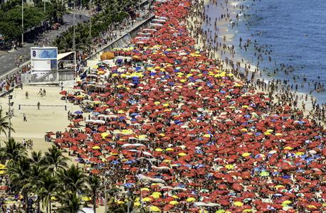 חוף איפנמה בברזיל. עד 2040 כלכלת המדינה תעקוף את בריטניה