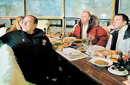 ולדימיר פוטין סילביו ברלוסקוני ארוחה, צילום: אי פי איי
